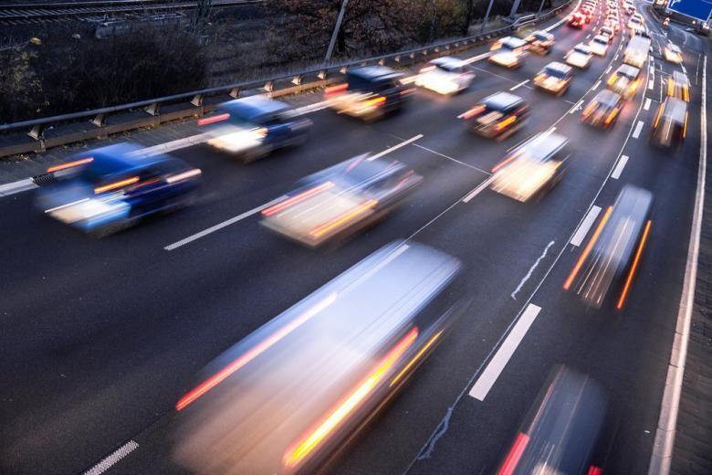 Скоростной поток на автобане фото