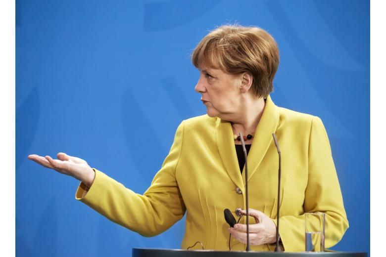 Фото канцлера Меркель объясняющей свою позицию из-за которой ее могут оставить на пятый срок канцлером