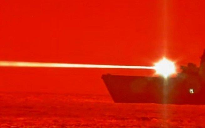 Лазер поражает беспилотный корабль в воздухе фото