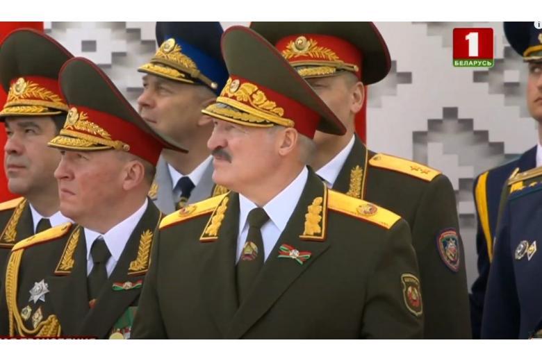 Лукашенко в форме главнокомандующего принимает Парад Победы-2020 в Минске фото
