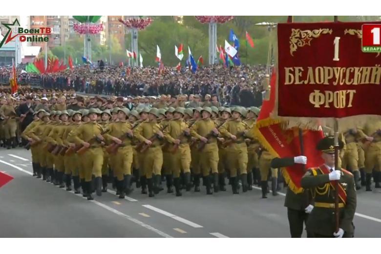 Марширует колонная беларусских военных в форме красноармейцев на параде в Минске фото
