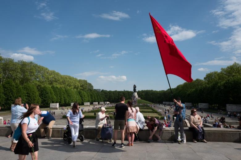 Празднование 9 Мая в Трептов-парке в Берлине фото