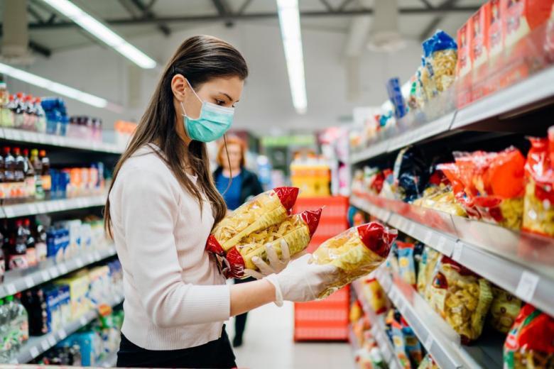 Как работают магазины в Германии: девушка в маске покупает продукты