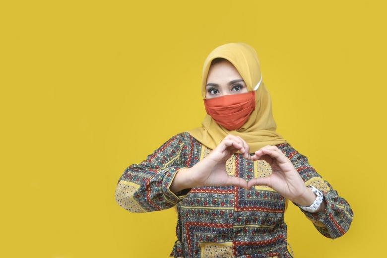 мусульманка в хиджабе и медицинской маске фото