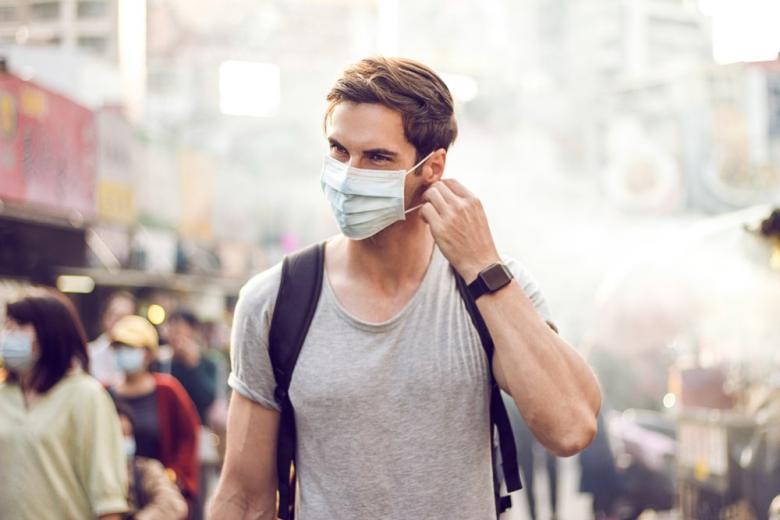 Мужчина в маске на улице фото