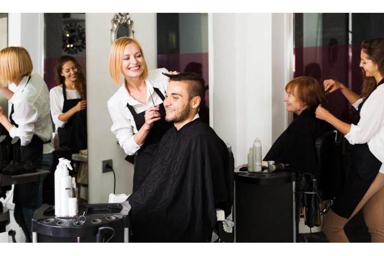 Мужчина в парикмахерской фото