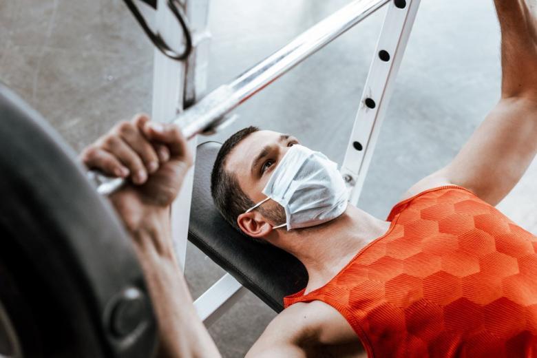 мужчина в спортзале фото
