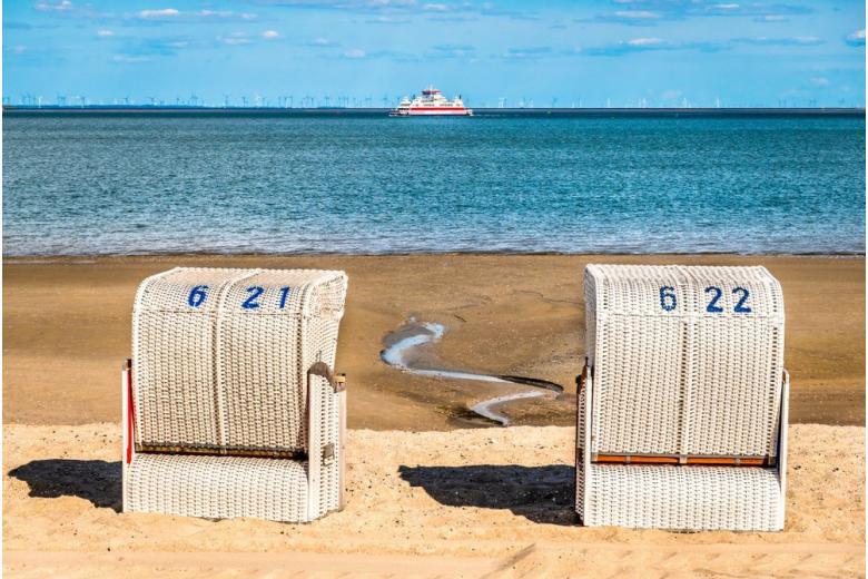 пляжные корзины на берегу моря фото