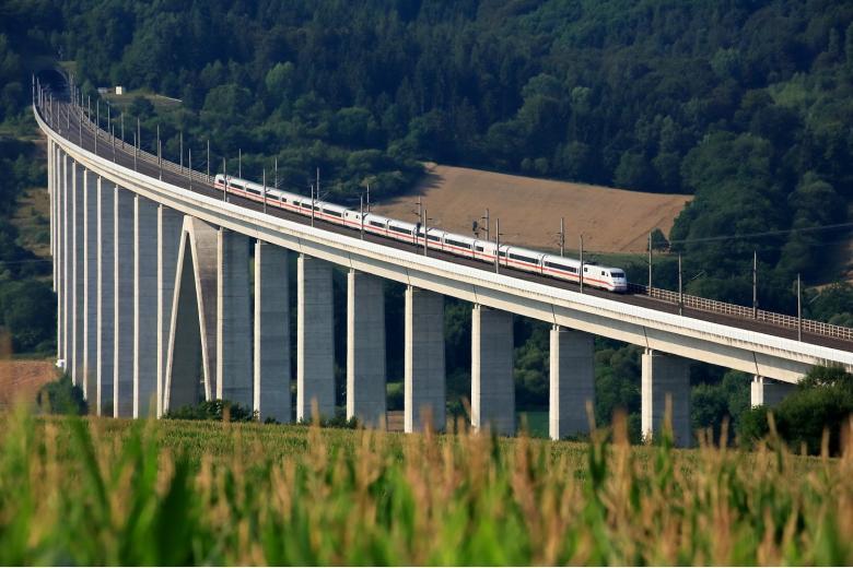 Поезд на скоростной ветке железной дороги, которую модернизируют фото