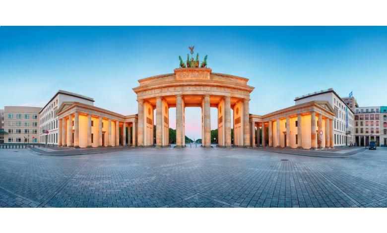 Пустая площадь перед Бранденбургскими воротами в Берлине фото