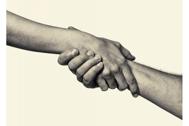 Рука помощи и спасение жизни человека важнее денег во время пандемии фото