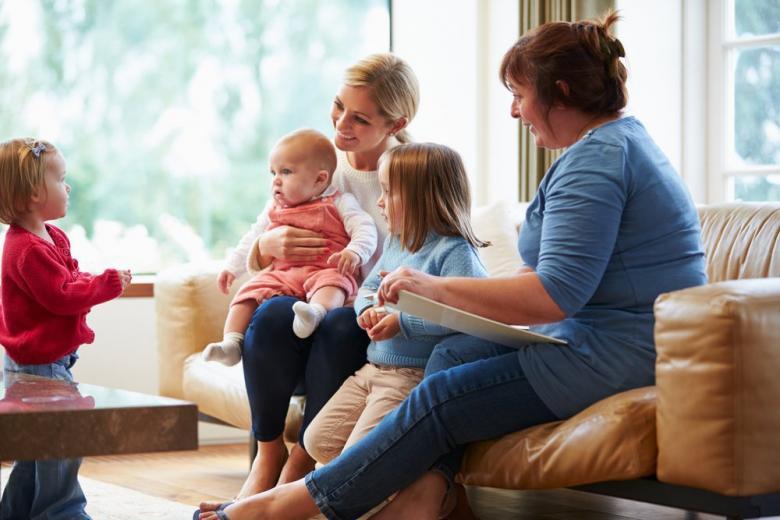 Социальный работник беседует с мамой 3 детей фото