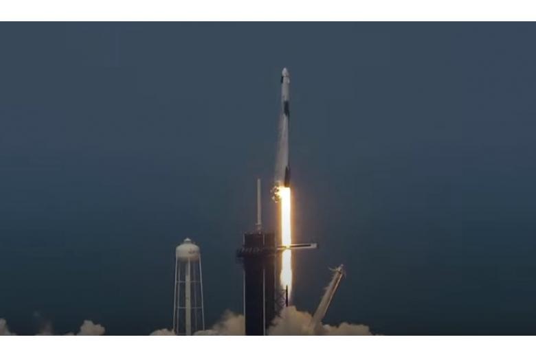 SpaceX впервые выводит на орбиту астронавтов фото