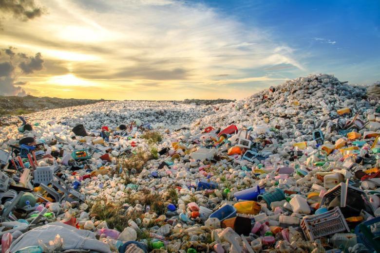 Свалка пластиковых отходов фото