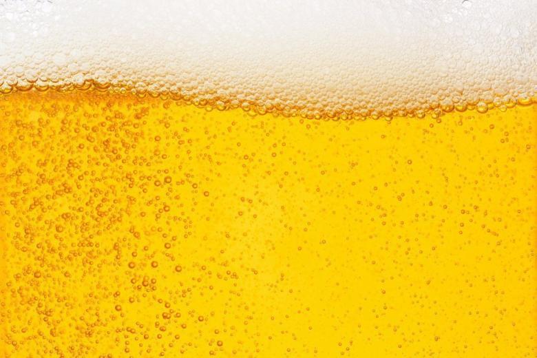 Пенное пиво в бокале фото