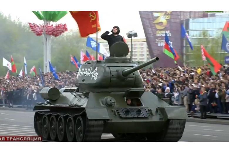 Танк Т-34 стал изюминкой парада в Минске фото
