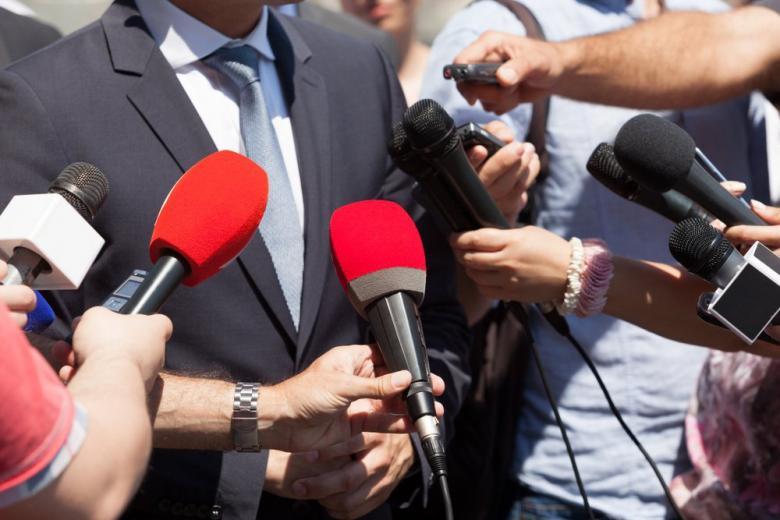 мужчина дает интервью группе журналистов фото