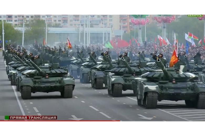 В параде победы приняли участие модернизированные танки беларусских вооруженных сил фото