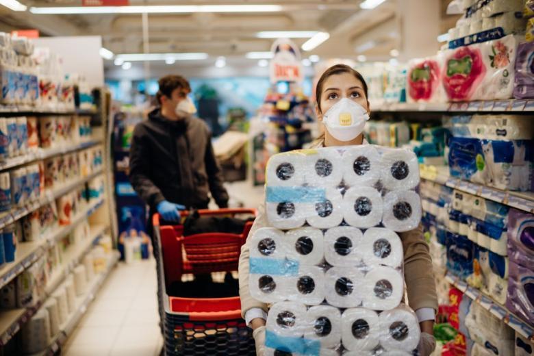 женщина в супермаркете фото