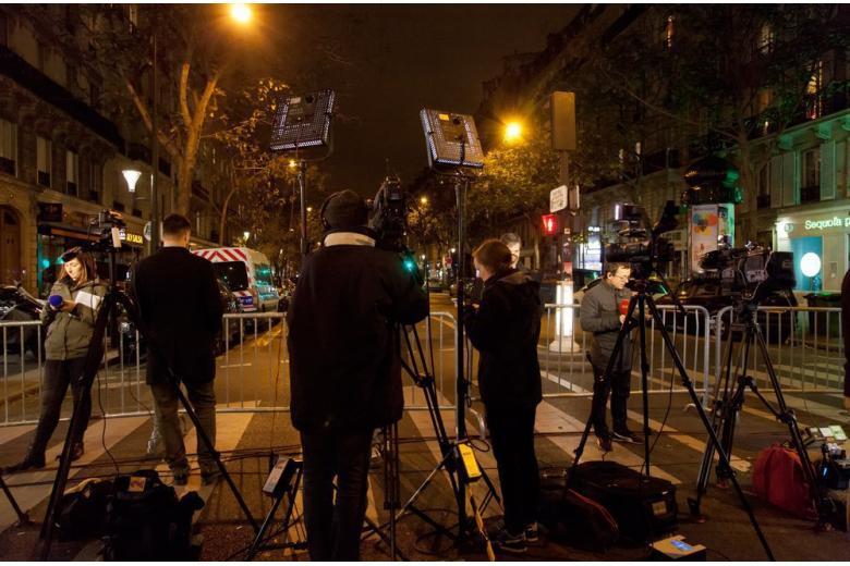Журналисты освещают акцию протеста без охраны фото