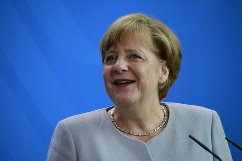 Ангела Меркель улыбается фото