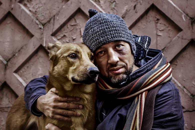 Бездомный обнимает свою собаку фото