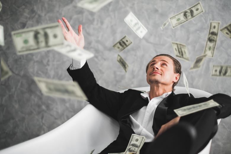 богатый мужчина разбрасывает деньги фото