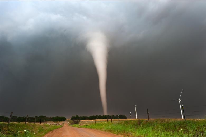 большой торнадо в поле фото