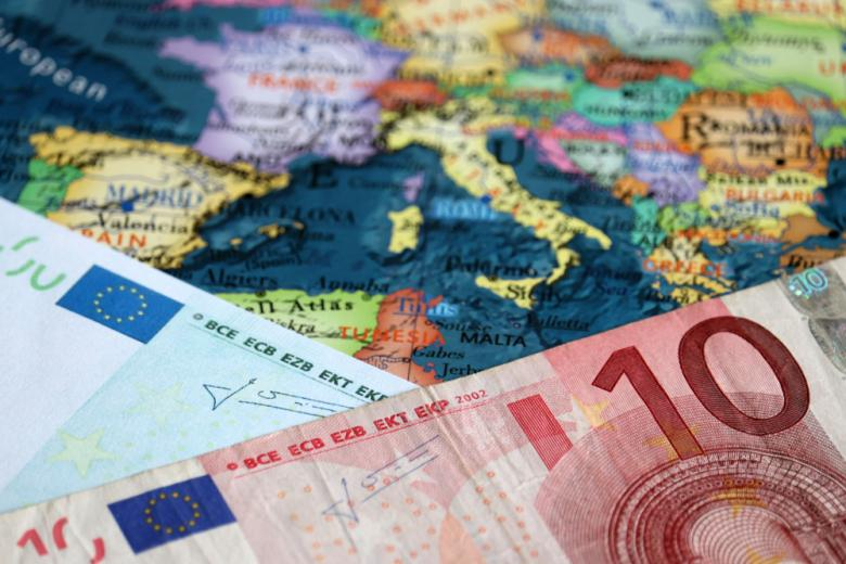 Деньги на карте Европы фото