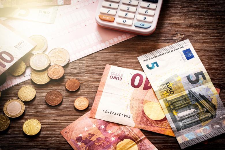 деньги на столе фото