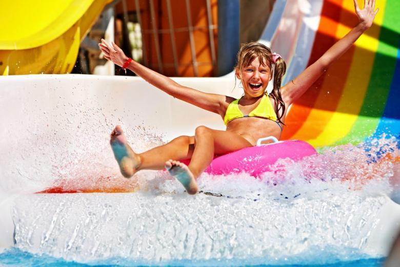 Девочка на горке в аквапарке фото