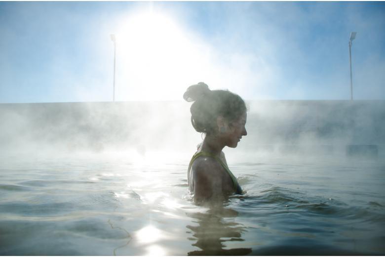 Девушка в термальном бассейне фото