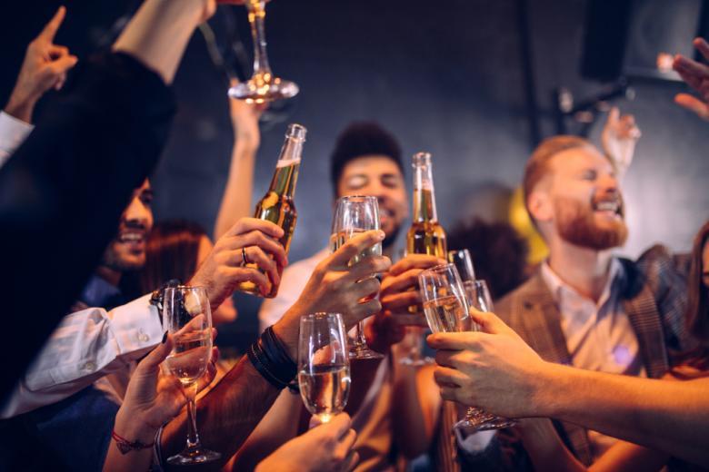 Друзья с шампанским и пивом фото