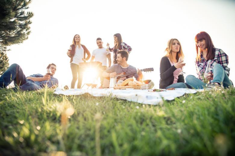 Группа людей на пикнике фото