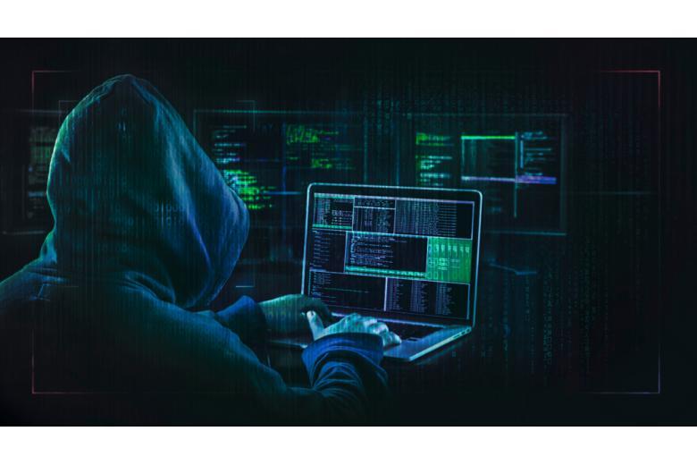 хакер осуществляет кибератаку фото