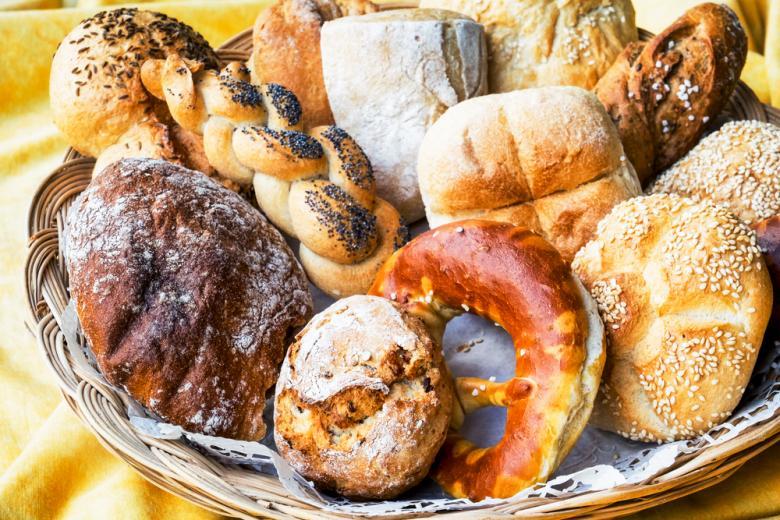 хлеб и булочки в корзине фото