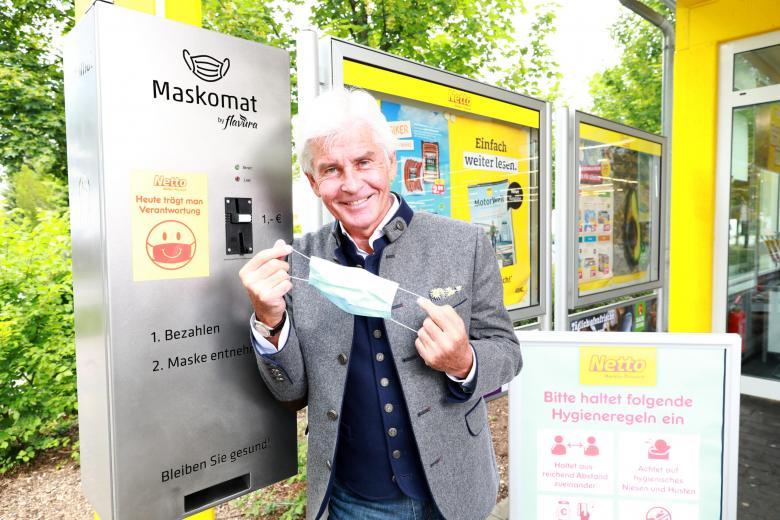 Немецкий телеведущий Фредерик Майснер тестирует маскомат фото
