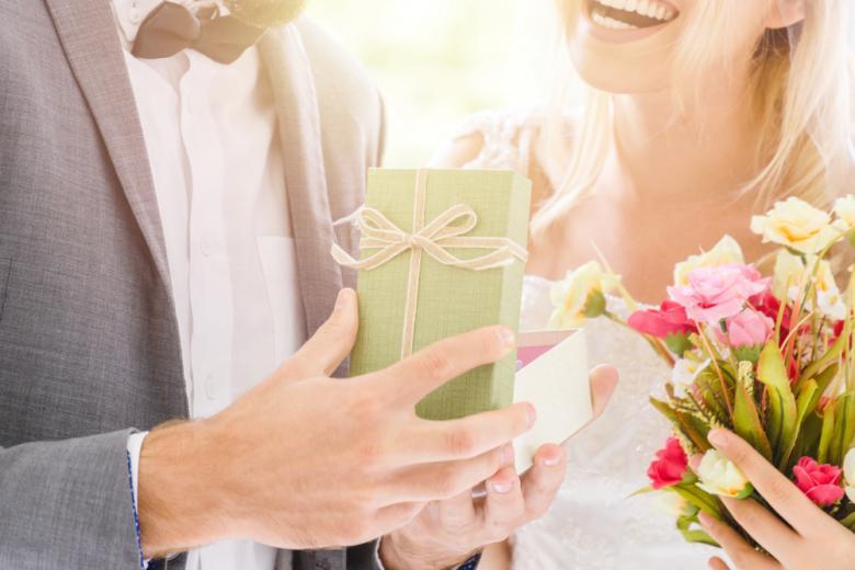 Молодожёны открывают подарок фото