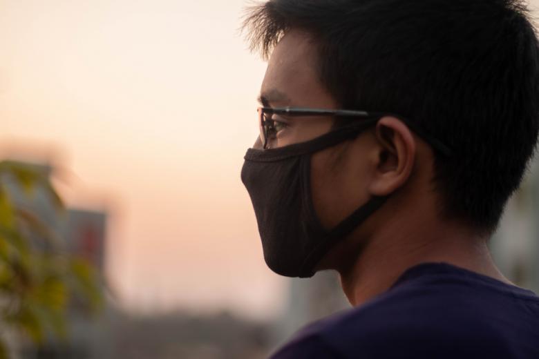 Мужчина в защитной маске фото