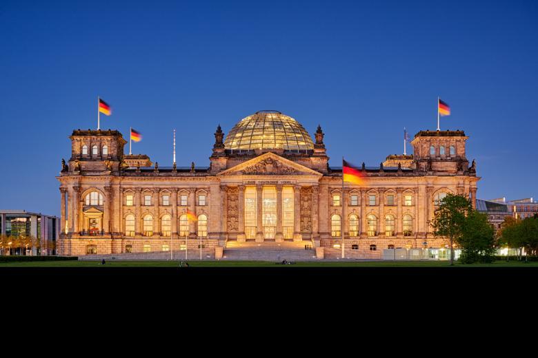 Ночной Бундестаг подожгли фото