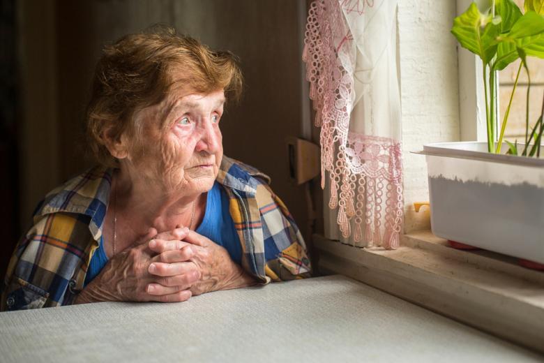 одинокая пенсионерка смотрит в окно фото