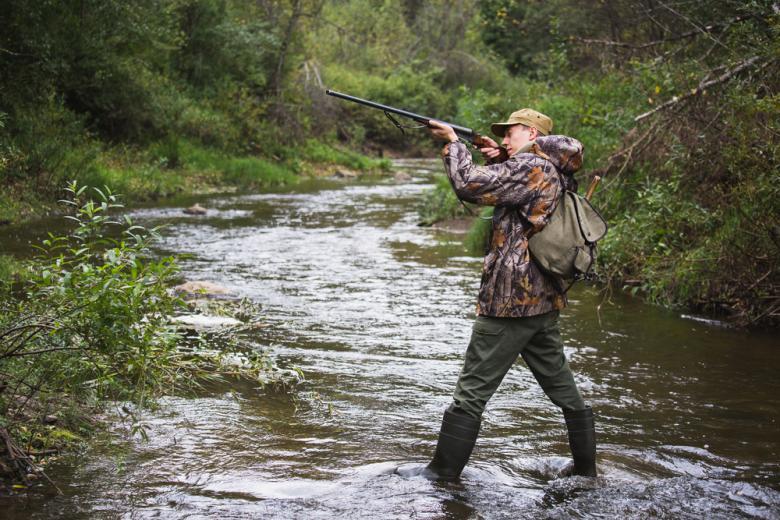 Охотник в лесу фото