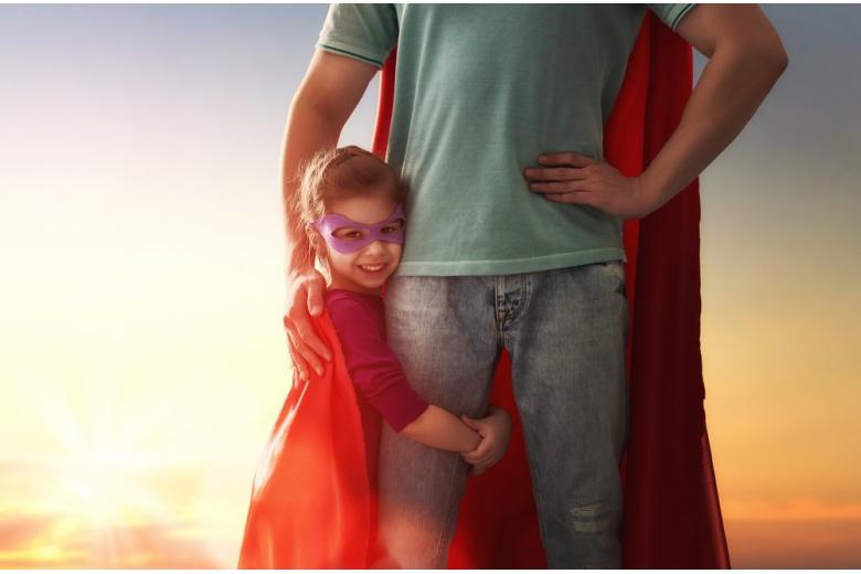 Папа с дочерью играют фото