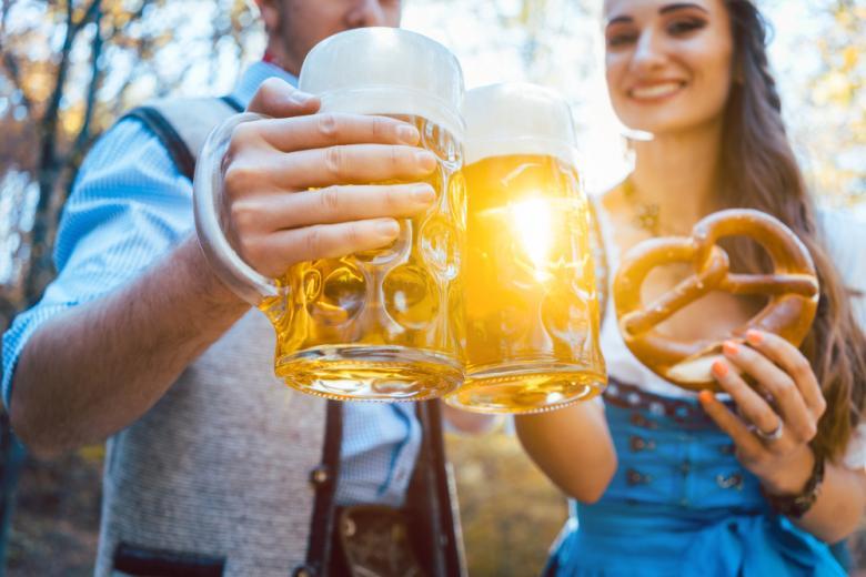 Пара с бокалами пива фото