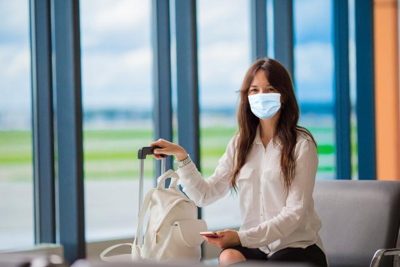 Пассажирка в маске на территории аэропорта фото