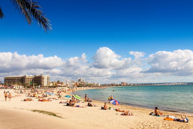 Пляж на острове Майорка готов принять немецких туристов фото