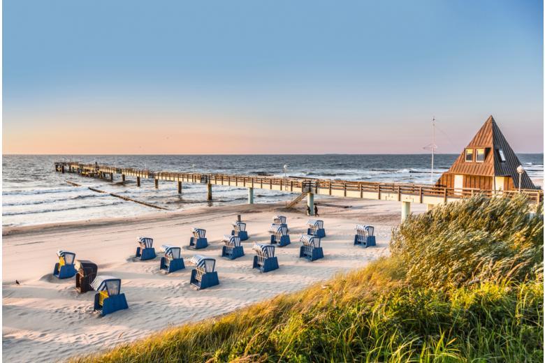пляжные корзины на побережье Балтийского моря фото