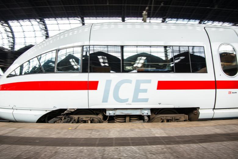 поезд ICE на вокзале в Гамбурге фотом