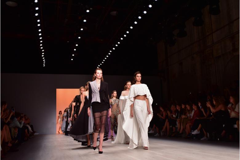 Модели на подиуме в рамках показа Mercedes Benz Fashion Week фото