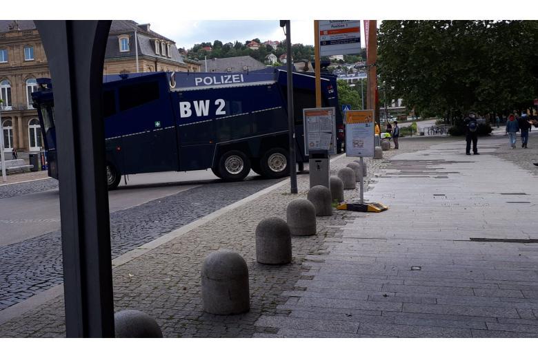 Полицейская спецтехника на улицах Штутгарта после ночного погрома фото